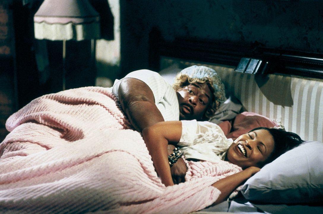 Als die nichtsahnende Sherry (NiaLong, r.) zu Big Momma (Martin Lawrence, l.) ins Bett krabbelt, wundert sie sich, dass dieser eine Taschenlampe mit... - Bildquelle: 20th Century Fox