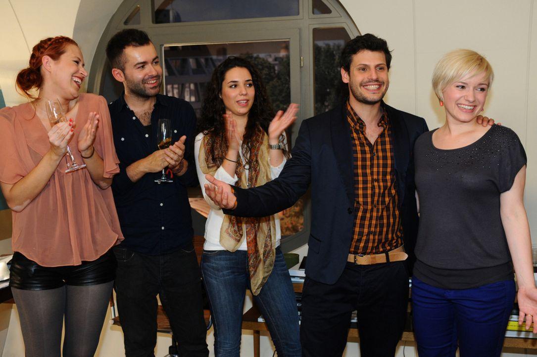 Luca (Manuel Cortez, 2.v.r.) verkündet, ohne es vorher  mit Olivia (Kasia Borek, r.) abzusprechen, ihren Hochzeitstermin ... - Bildquelle: SAT.1