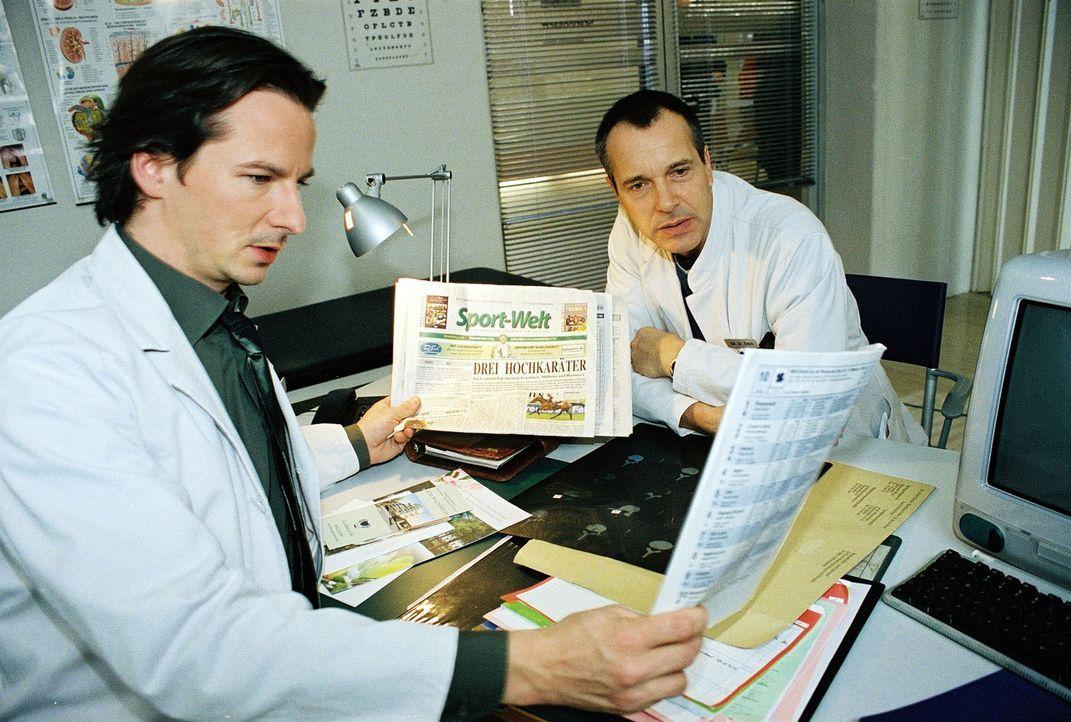 Dr. Stein (Christoph Schobesberger, r.) und Dr. Meier-LIszt (David C. Bunners, l.) sind im Wettfieber und tauschen sich über ihre Favoriten aus. - Bildquelle: Monika Schürle Sat.1
