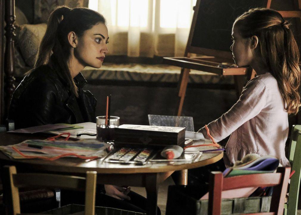 Hayley (Phoebe Tonkin, l.) muss eine wichtige Entscheidung treffen, die Hope (Summer Fontana, r.) in große Gefahr bringen könnte, aber auch die einz... - Bildquelle: 2016 Warner Brothers
