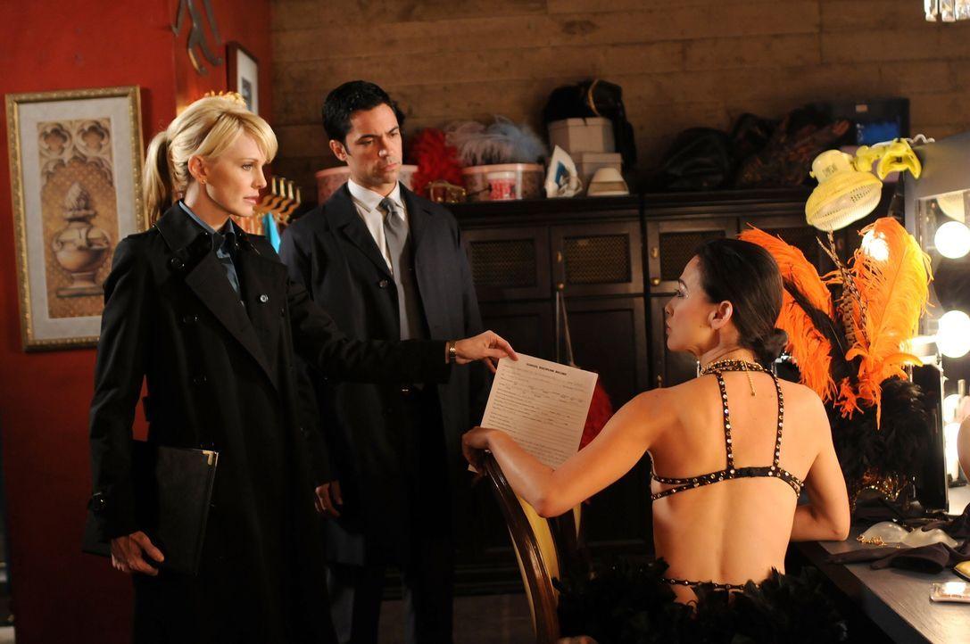 Hat die Tänzerin Nikki (Nicole Bilderback, r.) etwas mit dem Mord aus dem Jahr 1989 zu tun? Det. Lilly Rush (Kathryn Morris, l.) und Det. Scott Vale... - Bildquelle: Warner Bros.