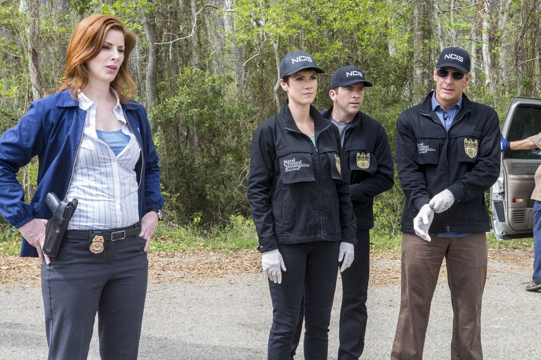 Ein Auto eines Navysoldaten wird samt Kind gestohlen. Abigail Borin (Diane Neal, l.), Brody (Zoe McLellan, 2.v.l.), Lasalle (Lucas Black, 2.v.r.) un... - Bildquelle: 2015 CBS Broadcasting, Inc. All Rights Reserved