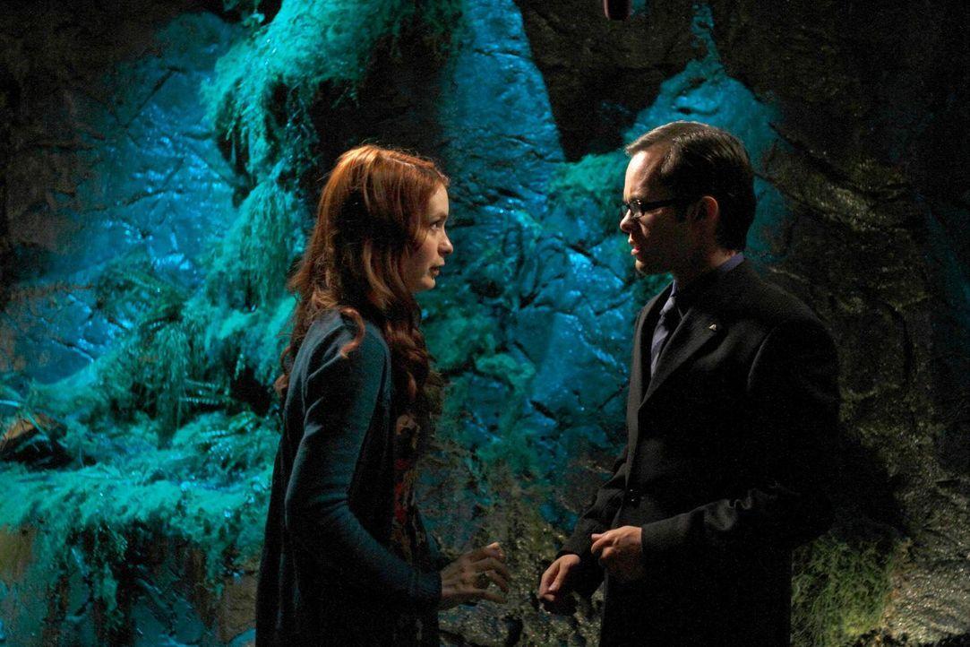 Der unbekannte Befehlsgeber aus der früheren Eureka-Matrix kontrolliert das Gehirn von Holly (Felicia Day, l.). Sie bittet Douglas (Neil Grayston, r...