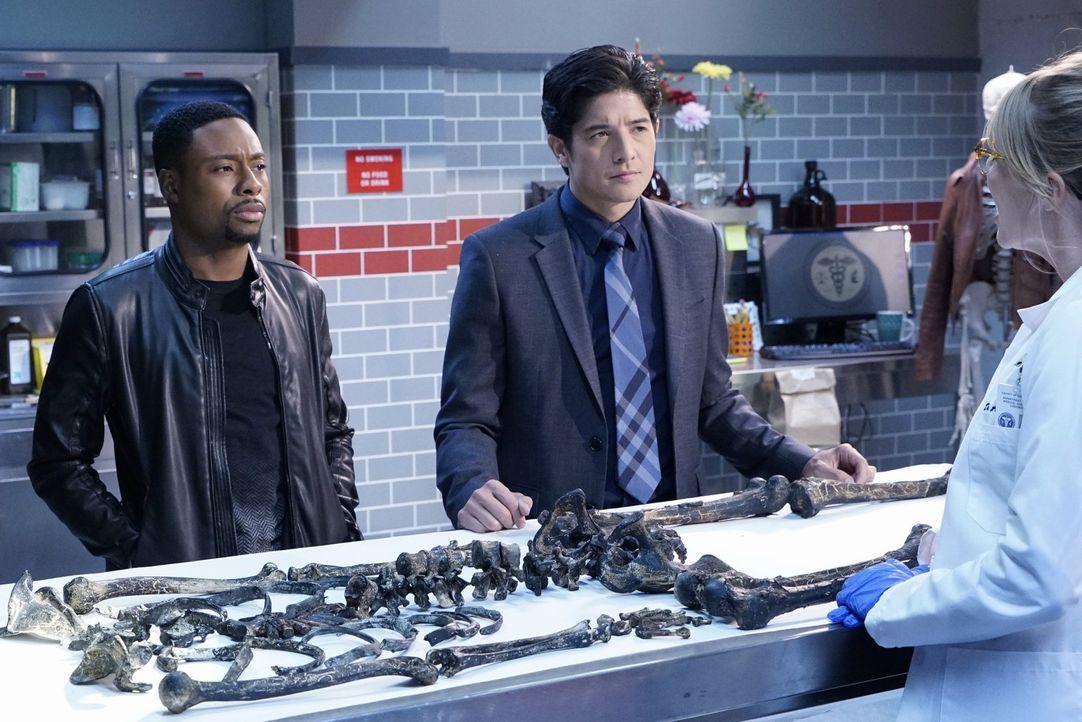 Bei den Ermittlungen in ihrem neuen Fall, müssen Carter (Justin Hires, l.) und Lee (Jon Foo, r.) herausfinden, ob ein Serienmörder, der bereits für... - Bildquelle: Warner Brothers