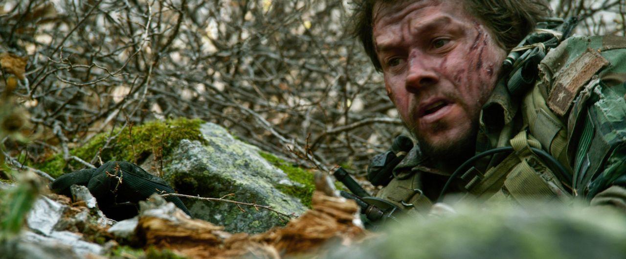 Umzingelt von mehr als 250 bewaffneten und angriffslustigen Taliban müssen sich Marcus Luttrell (Mark Wahlberg) und seine drei Kameraden auf einen m... - Bildquelle: Universal Pictures