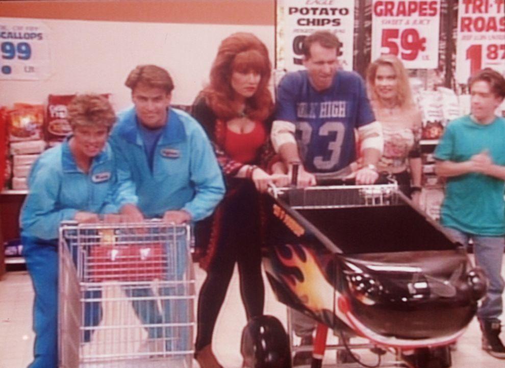 (v.l.n.r.) Marcy (Amanda Bearse) und Jefferson (Ted McGinley) treten in einem Wettkampf um Lebensmittel gegen Peggy (Katey Sagal), Al (Ed O'Neill),... - Bildquelle: Columbia Pictures
