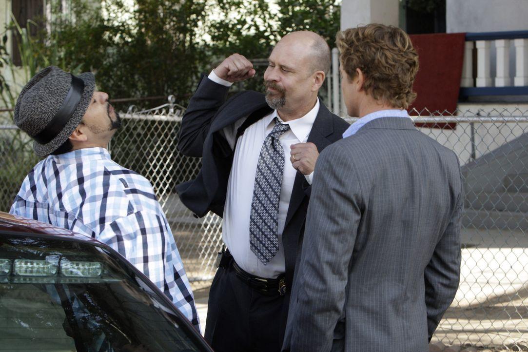 Haben Patrick (Simon Baker, r.) und Bosco (Terry Kinney, M.) in Raoul (Rey Gallegos, l.) den Mörder gefunden? - Bildquelle: Warner Bros. Television