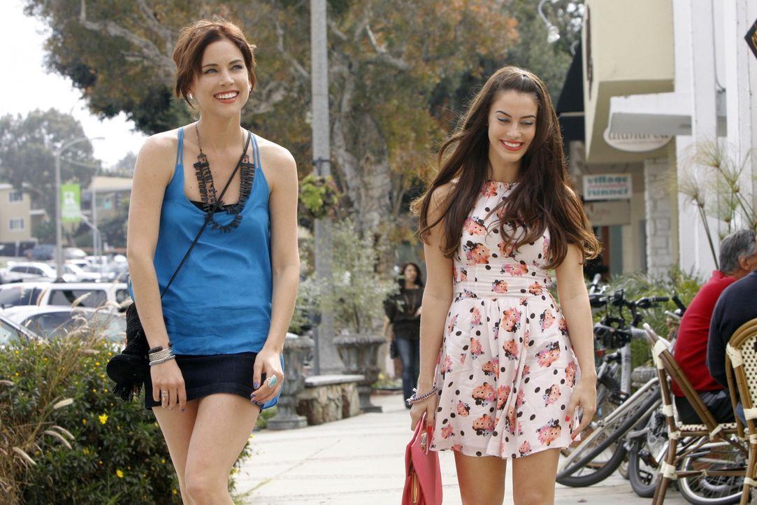 Adrianna (Jessica Lowndes, r.) freut sich mit Erin (Jessica Stroup, l.) auf Ivys Junggesellinnenabschied. Noch ahnt sie nicht, was sie erwartet ... - Bildquelle: TM &   2011 CBS Studios Inc. All Rights Reserved.