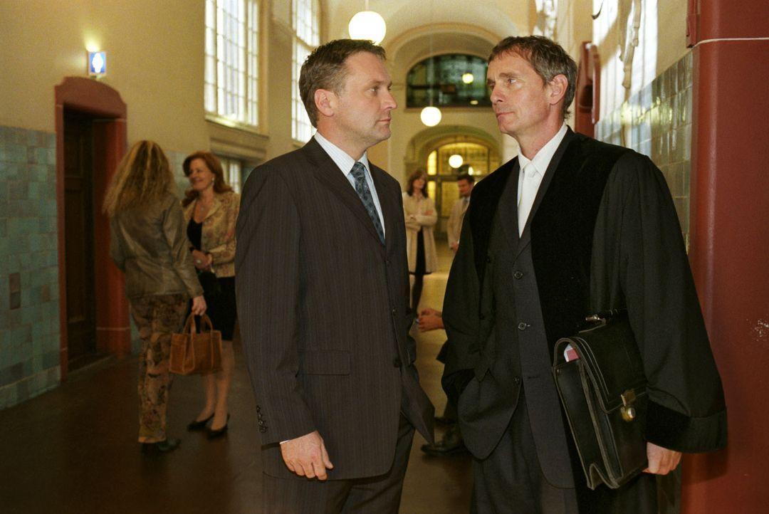 Der beliebte Richter Raimund Emhofen (Hans Uwe Bauer, r.) wird mit einer Jugendsünde erpresst und bitte Anwalt Lehnhard (Bernhard Schir, l.) um Hilf... - Bildquelle: Noreen Flynn Sat.1