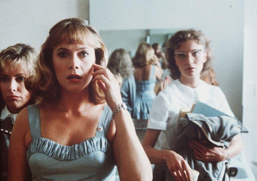 Peggy Sue (Kathleen Turner, l.) findet sich plötzlich in der Vergangenheit wieder. Ihre Klassenkameradin Maddy (Joan Allen, r.) wundert sich über... - Bildquelle: TriStar Pictures