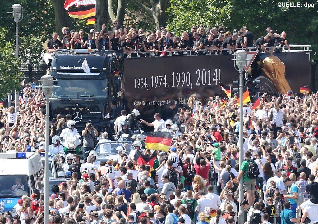 WM-ankunft-nationalmannschaft-berlin-05-140715-dpa - Bildquelle: dpa