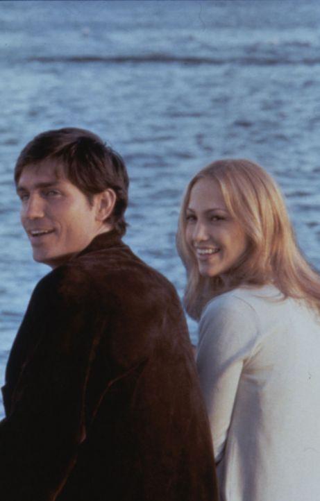Sharon (Jennifer Lopez, r.) und Catch (James Caviezel, l.) genießen ihr Glück. Doch es scheint bedroht ... - Bildquelle: Warner Bros.