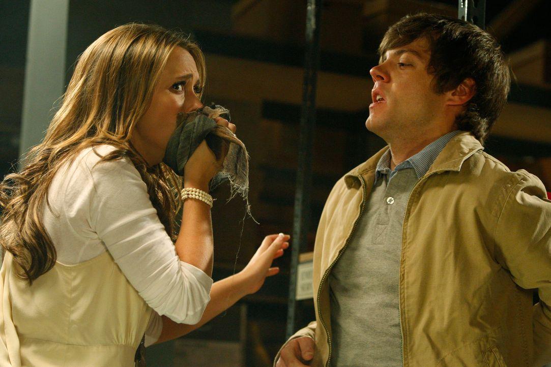 Im Stadtarchiv stösst Melinda (Jennifer Love Hewitt, l.) auf Christian (Russell Sams, r.) - und findet bei ihm Feuerzeugbenzin. Wenig später gesteht... - Bildquelle: ABC Studios