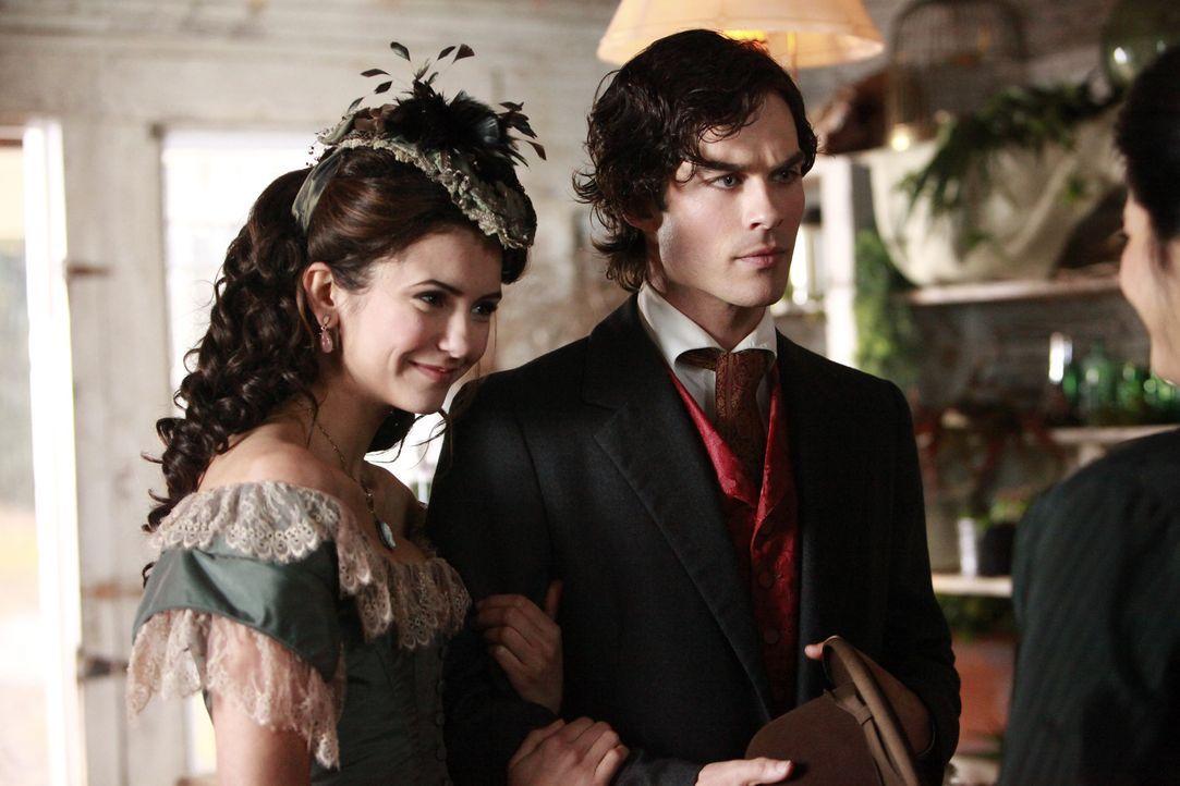 Die Öffentlichkeit ahnt natürlich nichts von Katherines (Nina Dobrev, l.) bösem Spiel mit den Salvatore-Brüdern Damon (Ian Somerhalder, r.) und Stef... - Bildquelle: Warner Bros. Television