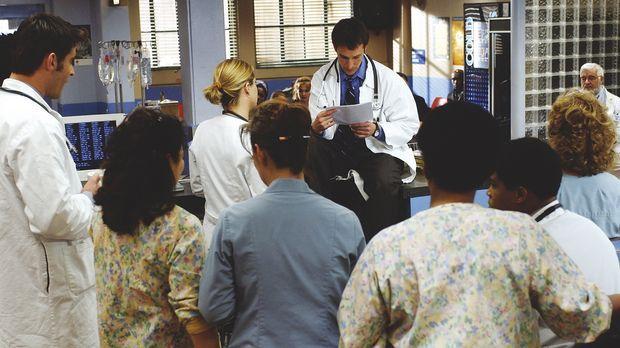 Ein schwerer Schlag für das Ärzteteam vom County: Carter (Noah Wyle, M.) lies...