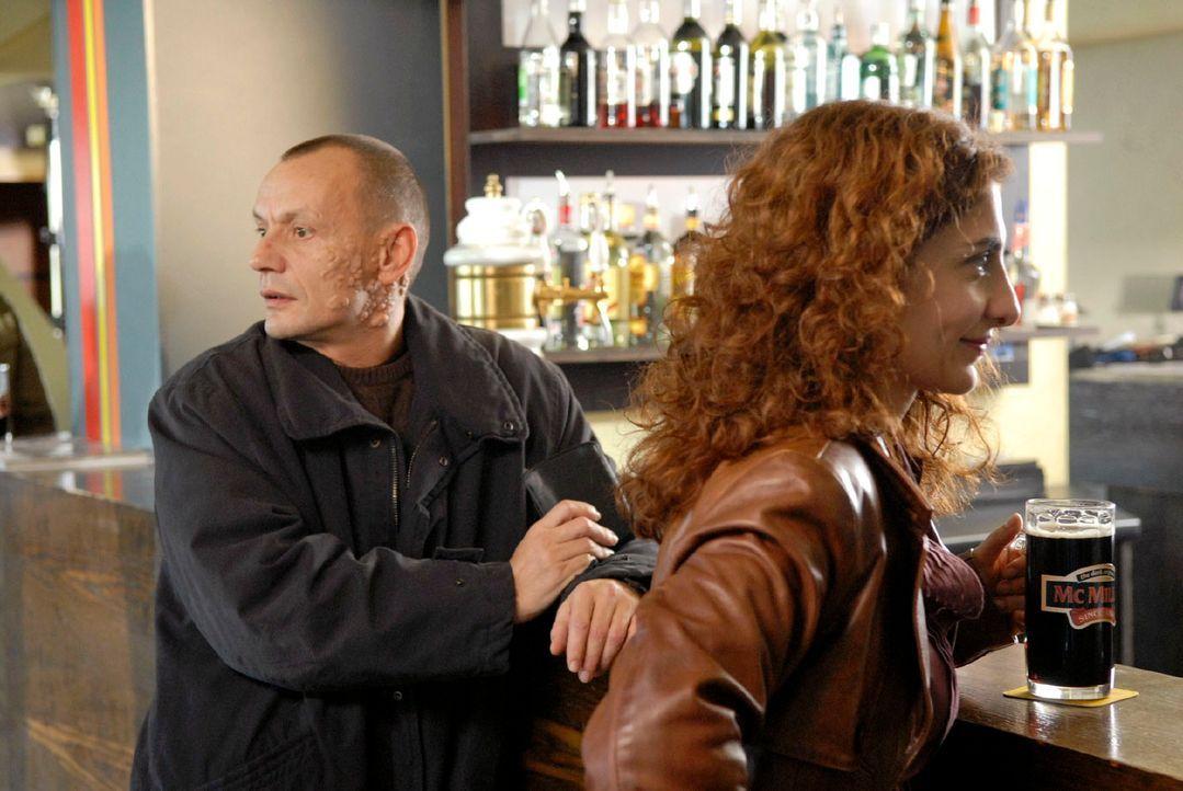 Zufällig begegnet Judith (Proschat Madani, r.) in einer Kneipe dem gesuchten Serienmörder Michael Feulner (Torsten Michaelis, l.). - Bildquelle: Christoph Assmann Sat.1