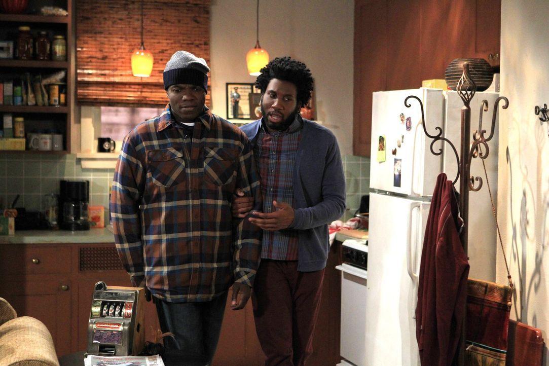 Gründen eine Wohngemeinschaft: Carl (Reno Wilson, l.) und Samuel (Nyambi Nyambi, r.) ... - Bildquelle: Warner Brothers