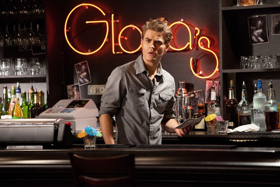 In der Bar der Hexe Gloria macht Stefan Salvatore (Paul Wesley) eine verwirrende Entdeckung ... - Bildquelle: © Warner Bros. Entertainment Inc.