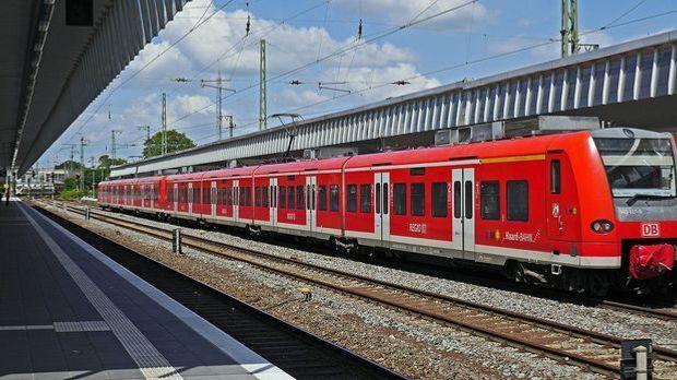 Regionalbahn steht am Bahnhof am Gleis
