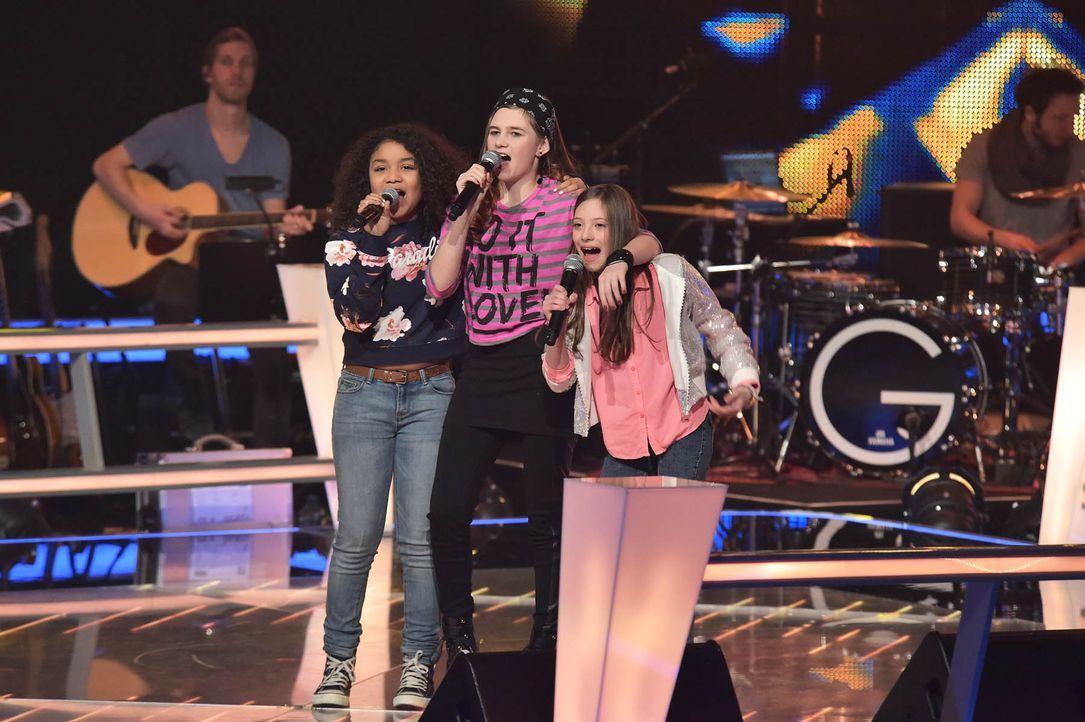 The-Voice-Kids-Stf03-Epi05-Auftritte-03-Zoe-Leonie-Lorena-SAT1-Andre-Kowalski - Bildquelle: SAT.1/ Andre Kowalski