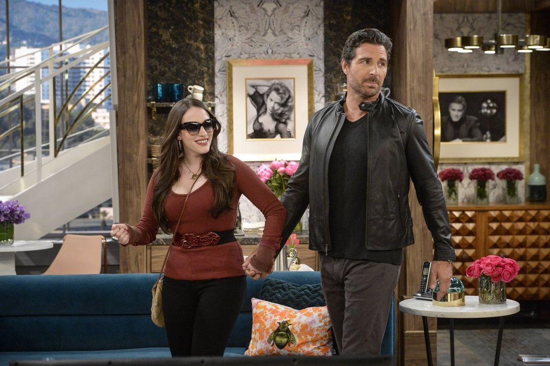 Während Max (Kat Dennings, l.) die Zeit mit Randy (Ed Quinn, r.) genießt, muss Caroline eine schwierige Entscheidung treffen ... - Bildquelle: 2016 Warner Brothers