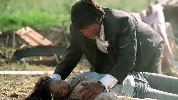 Zwar kann Clark (Tom Welling, hinten) Lana (Kristin Kreuk, liegend) retten, d...