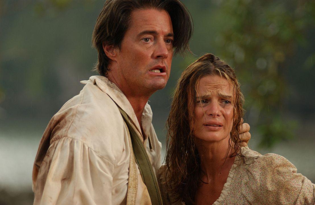 Erst spät erkennen Captain Smith (Kyle MacLachlan, l.) und Jane (Gabrielle Anwar, r.), dass eine riesige Gottesanbeterin ein neues Opfer sucht ... - Bildquelle: 2006 RHI Entertainment Distribution, LLC