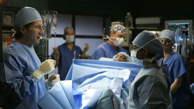 Stehen vor einer schwierigen Operation: Dr. Dubenko (Leland Orser, l.) und Dr...