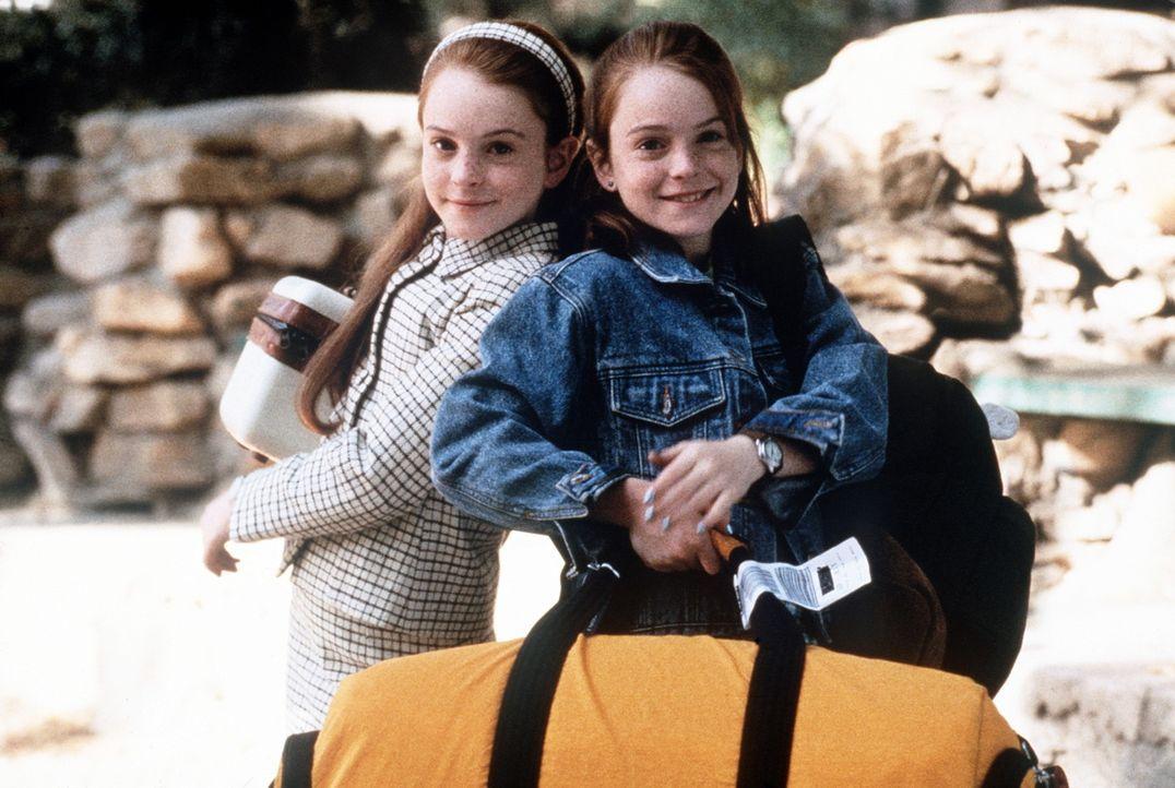 Hallie (Lindsay Lohan, l.) und Annie (Lindsay Lohan, r.), die einander wie ein Ei dem anderen gleichen, lernen sich als Elfjährige während eines F... - Bildquelle: Buena Vista International