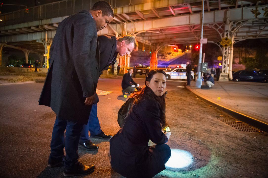 Nachdem ein Copkiller die Stadt unsicher macht, macht sich das Team um Watson (Lucy Liu, r.), Gregson (Aidan Quinn, M.)  und Bell (Jon Michael Hill,... - Bildquelle: Jeff Neumann CBS Television