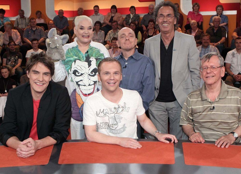 """""""Genial daneben - Die Comedy Arena"""" mit (v.l.n.r.): Matze Knop, Hella von Sinnen, Ralf Schmitz, Bernhard Hoecker, Hugo Egon Balder und Herbert Feuer... - Bildquelle: Sat.1"""