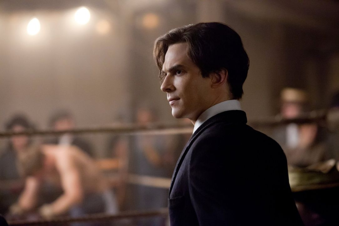 Während sich Damon (Ian Somerhalder) an das Jahr 1912 zurückerinnert, versuchen Elena und Matt Beweise dafür zu finden, dass Dr. Fell eine Killer... - Bildquelle: Warner Brothers