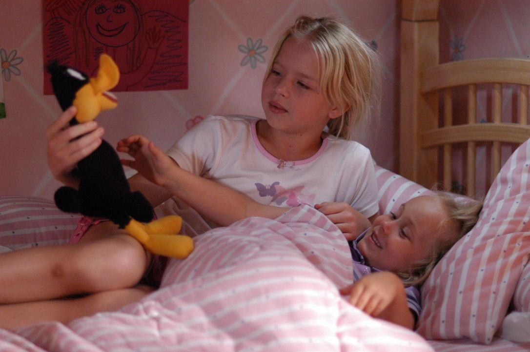 Ariel (Sofia Vassilieva, l.) spielt mit ihrer kleinen Schwester Bridgette (Maria Lark, r.) ... - Bildquelle: Paramount Network Television