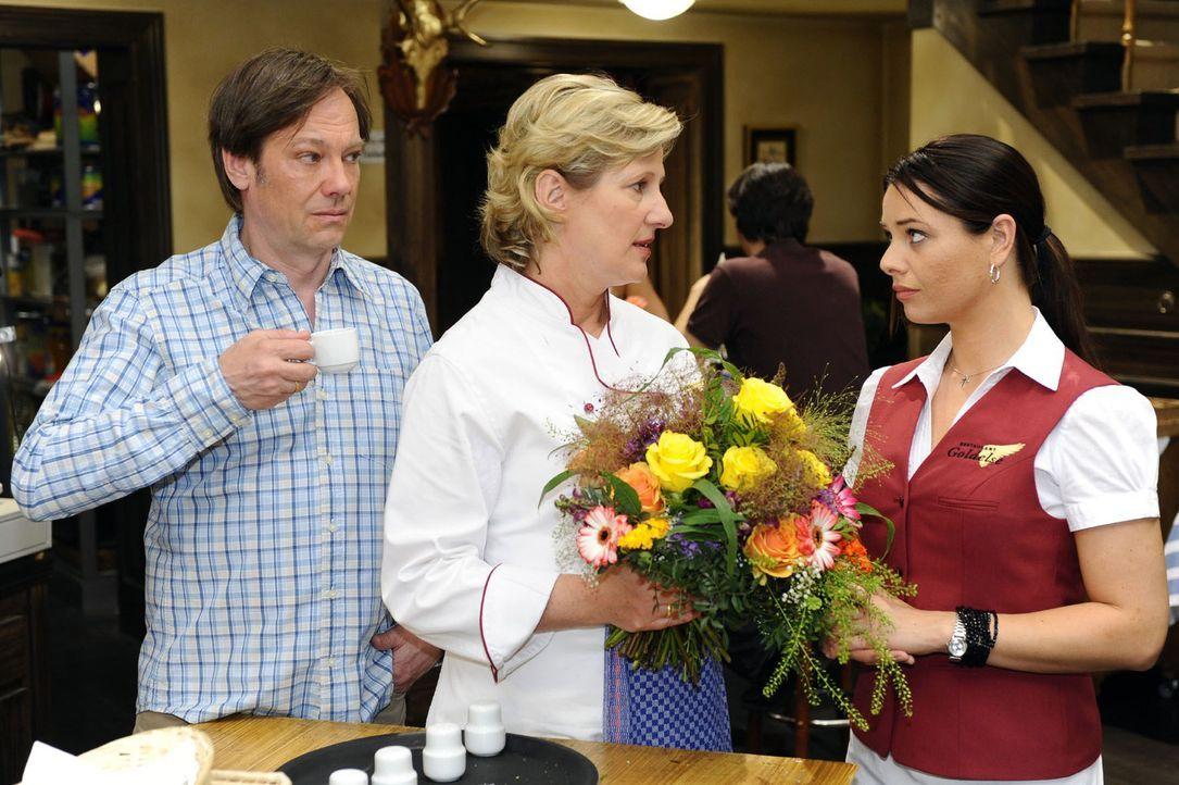 Paloma (Maja Maneiro, r.) ist gerührt, als sich Susanne (Heike Jonca, M.) und Armin (Rainer Will, l.) bei ihr dafür  entschuldigen, dass sie sich... - Bildquelle: Sat.1