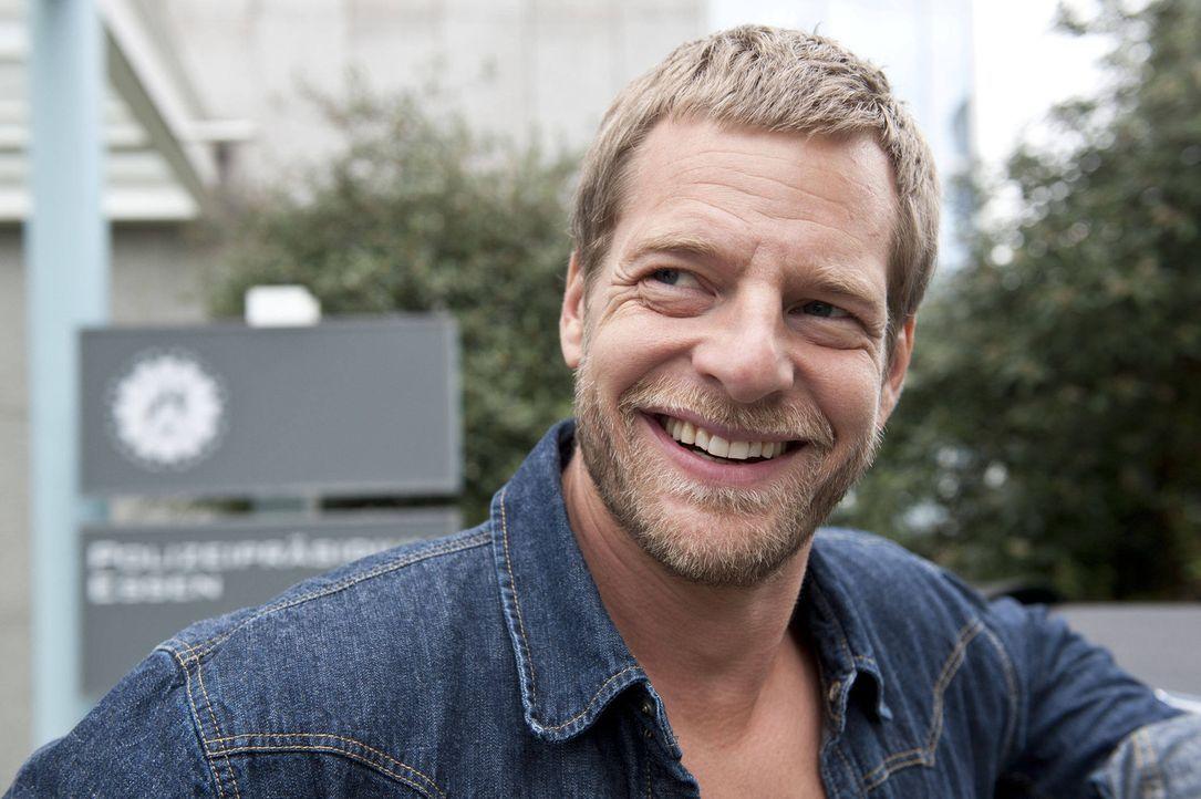 (3. Staffel) - Alles was er braucht, beherrscht er auch - und die Wäsche macht ihm Uschi: Mick (Henning Baum) ... - Bildquelle: SAT.1