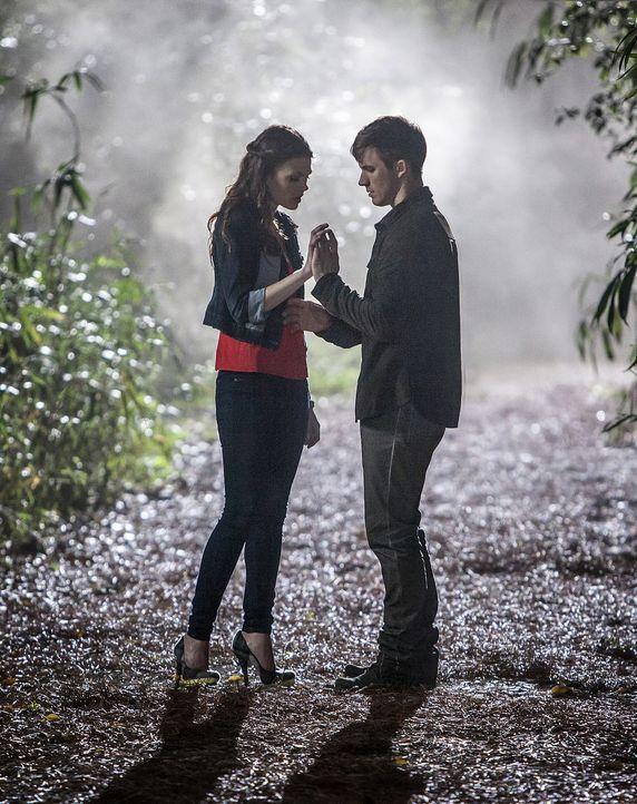 Um ihrer Freundin Julia zu helfen, trifft Emery (Aimeé  Teegarden, l.) eine gefährliche Entscheidung, die sie erkennen lässt, wer Roman (Matt Lanter... - Bildquelle: 2014 The CW Network, LLC. All rights reserved.