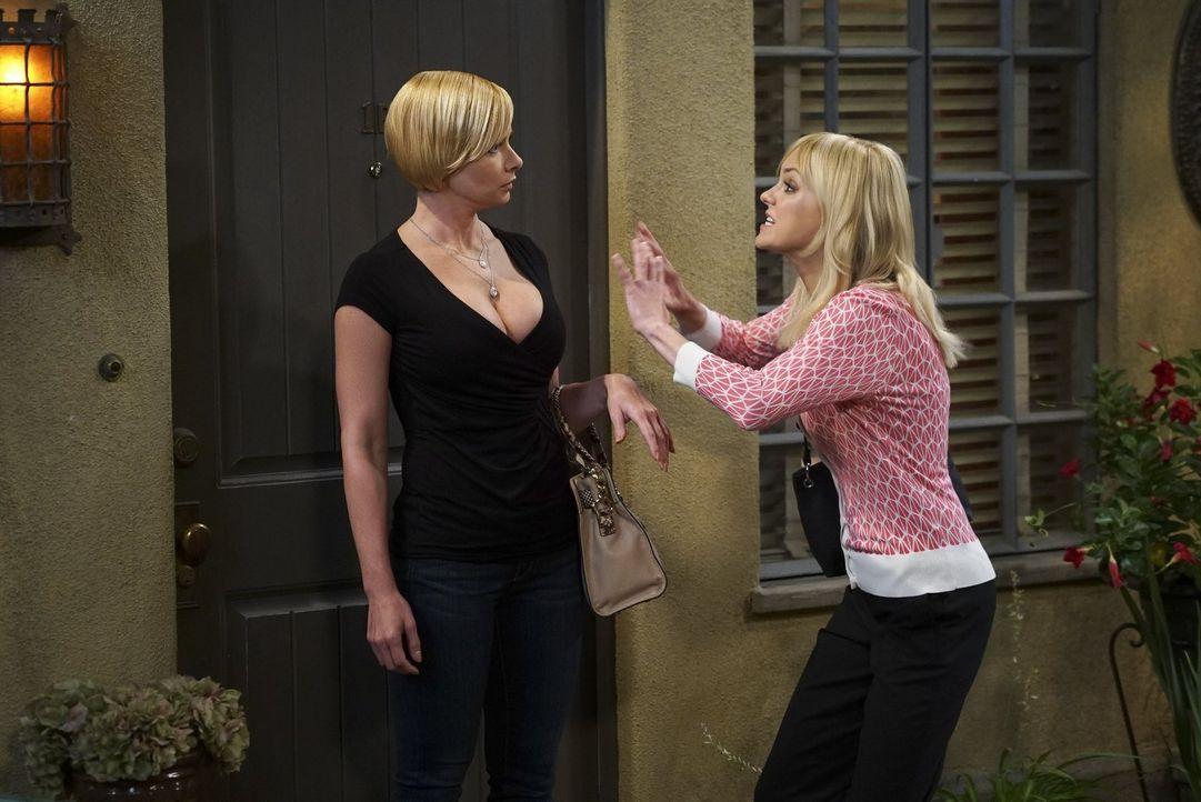 Leider stellt sich für Christy (Anna Faris, r.) heraus, dass es nicht die beste Idee war mit Jill (Jaime Pressly, l.) auf Männerfang zu gehen ... - Bildquelle: 2016 Warner Bros. Entertainment, Inc.