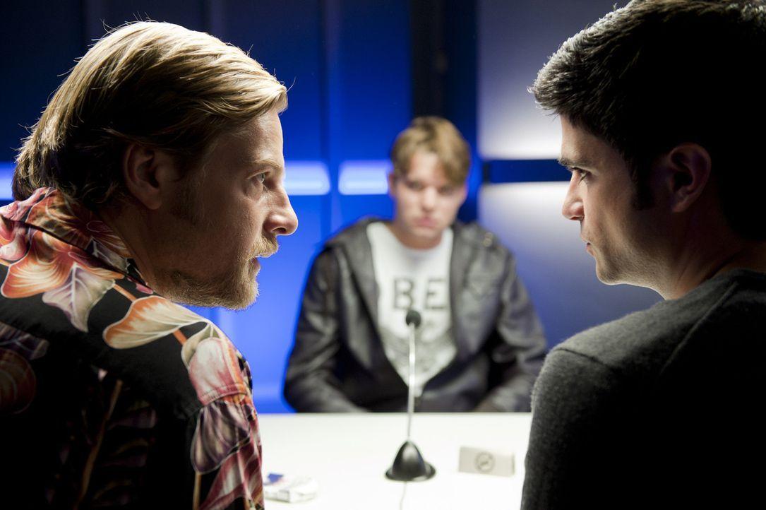 Nach und nach kommt dem ungleichen Duo Mick (Henning Baum, l.) und Andreas (Maximilian Grill, r.) der Verdacht, dass der beste Freund und Geschäfts... - Bildquelle: SAT.1