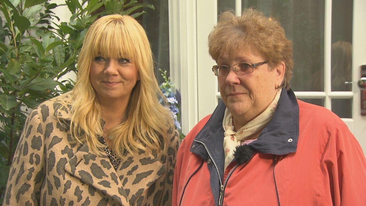 Toska (r.) hofft auf die Hilfe von Julia Leischik (l.). Doch kann Julia Toska und ihre Geschwister nach 60 Jahren wieder zusammenführen? - Bildquelle: SAT.1