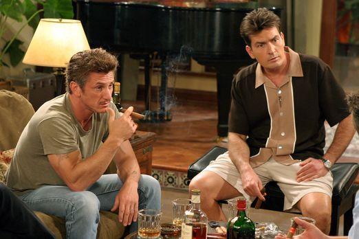 Two and a Half Men - Gute Freunde: Charlie (Charlie Sheen, r.) und Sean Penn...