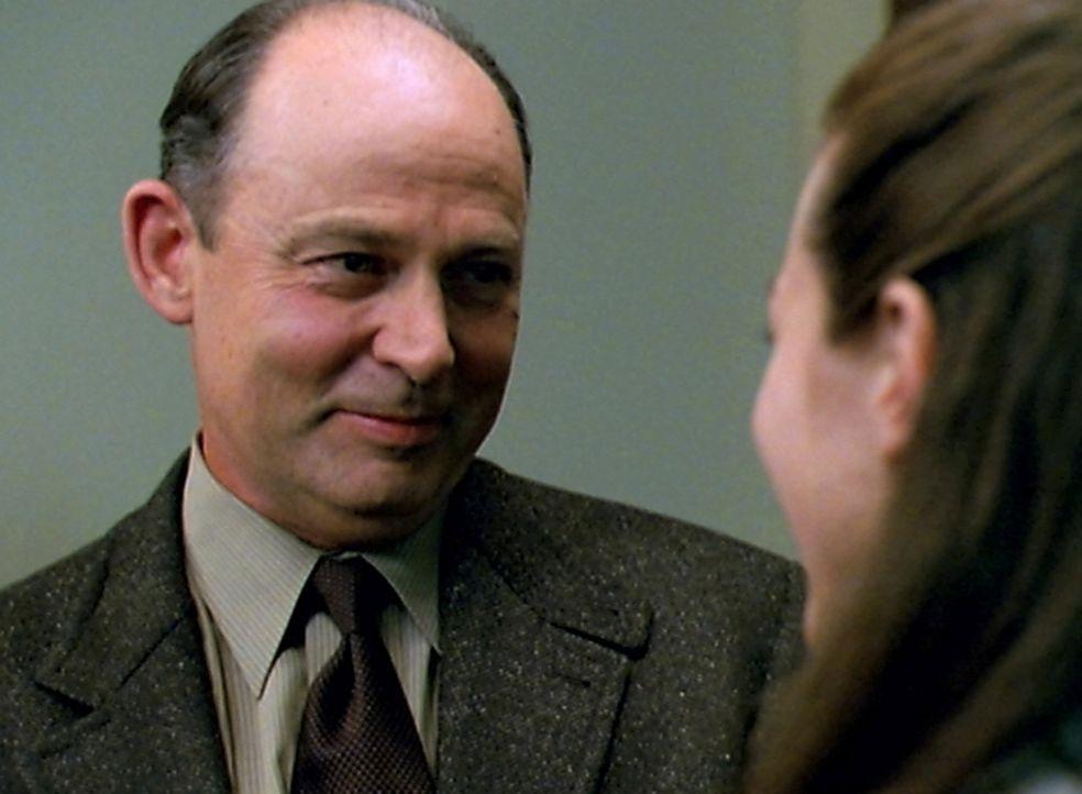 Fred (Amy Acker, r.) trifft in ihrer alten Universität auf ihren ehemaligen Mentor Professor Seidel (Randy Oglesby, l.), der sich sehr freut, Fred n... - Bildquelle: The WB Television Network