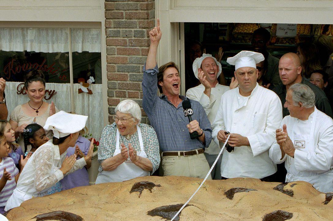 Bruce (Jim Carrey, M.) ist es leid, nicht ernstzunehmende Reportagen über den größten Keks der Stadt oder ähnliches zu machen. Er hofft auf den Job... - Bildquelle: 2003 Universal Studios. All rights reserved