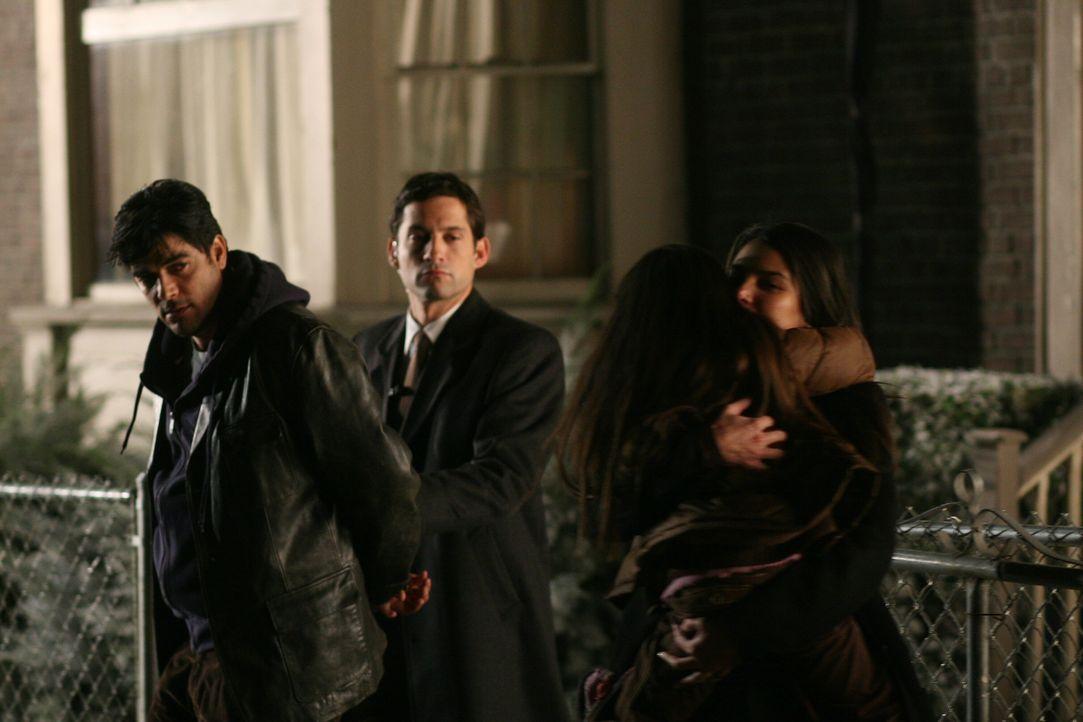 Ein gelöster Fall: Danny (Enrique Murciano, 2.v.l.) hat Carlos (Jsu Garcia, l.) überführt und Elena (Roselyn Sanchez, r.) kann endlich ihre Tochter... - Bildquelle: Warner Bros. Entertainment Inc.