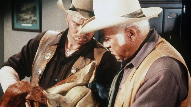 Der Sheriff (Slim Pickens, l.) verdächtigt Ben (Lorne Greene, r.), mit gestoh...