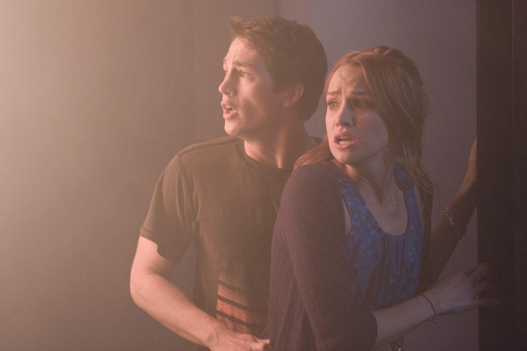 Verzweifelt versucht Nick (Bobby Campo, l.), seine Freundin (Shantel VanSanten, r.) aus dem brennenden Kino zu retten. Das ist gar nicht so einfach,... - Bildquelle: MMVII New Line Productions, Inc.