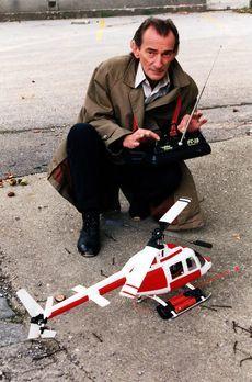 Kommissar Rex - Alfred Nordeck (Ludwig Hirsch) hantiert mit einer Fernsteueru...