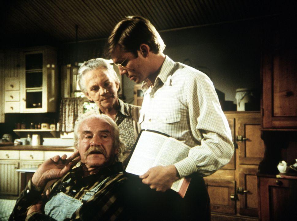 Anstelle des Reverends soll John-Boy (Richard Thomas, r.) die Sonntagspredigt halten. Er bittet seine Großeltern Sam (Will Geer, l.) und Ester (Elle... - Bildquelle: WARNER BROS. INTERNATIONAL TELEVISION