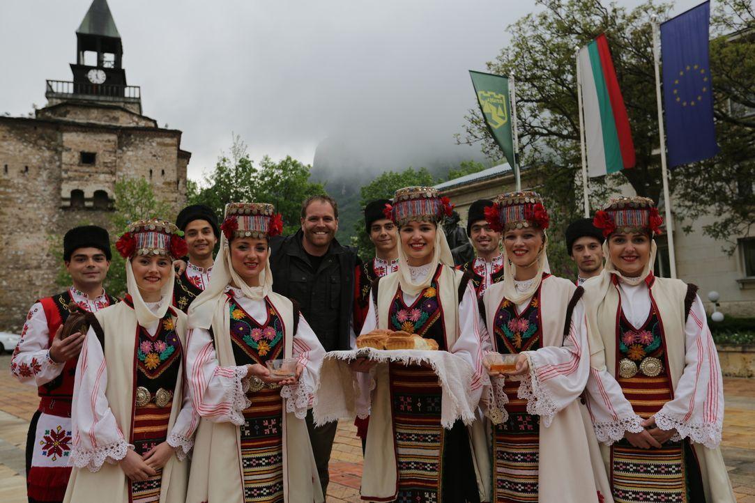 Als Josh Gates (hinten, Mitte) durch Bulgarien reist, um mehr über die Entstehung des Vampirmythos zu erfahren, wird er von den Einheimischen herzli... - Bildquelle: 2015,The Travel Channel, L.L.C. All Rights Reserved