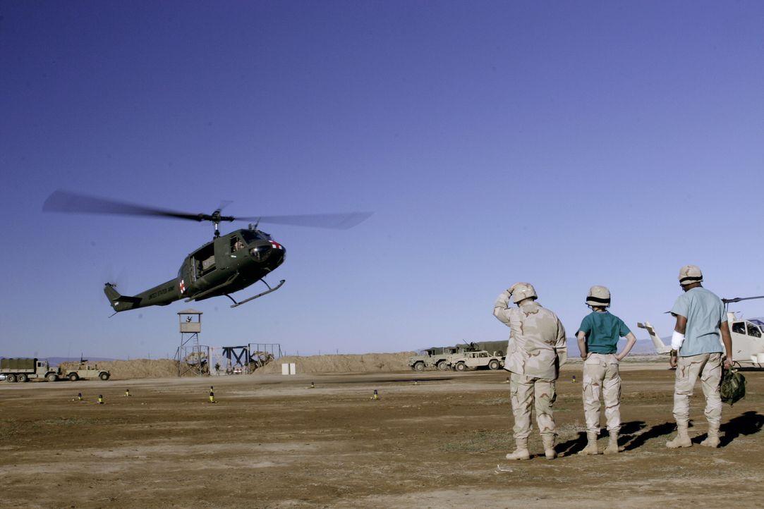 Im Irak: Dr. Michael Gallant (Sharif Atkins, r.) und Kollegen warten auf den Helikopter mit neuen Arzneimitteln ... - Bildquelle: WARNER BROS