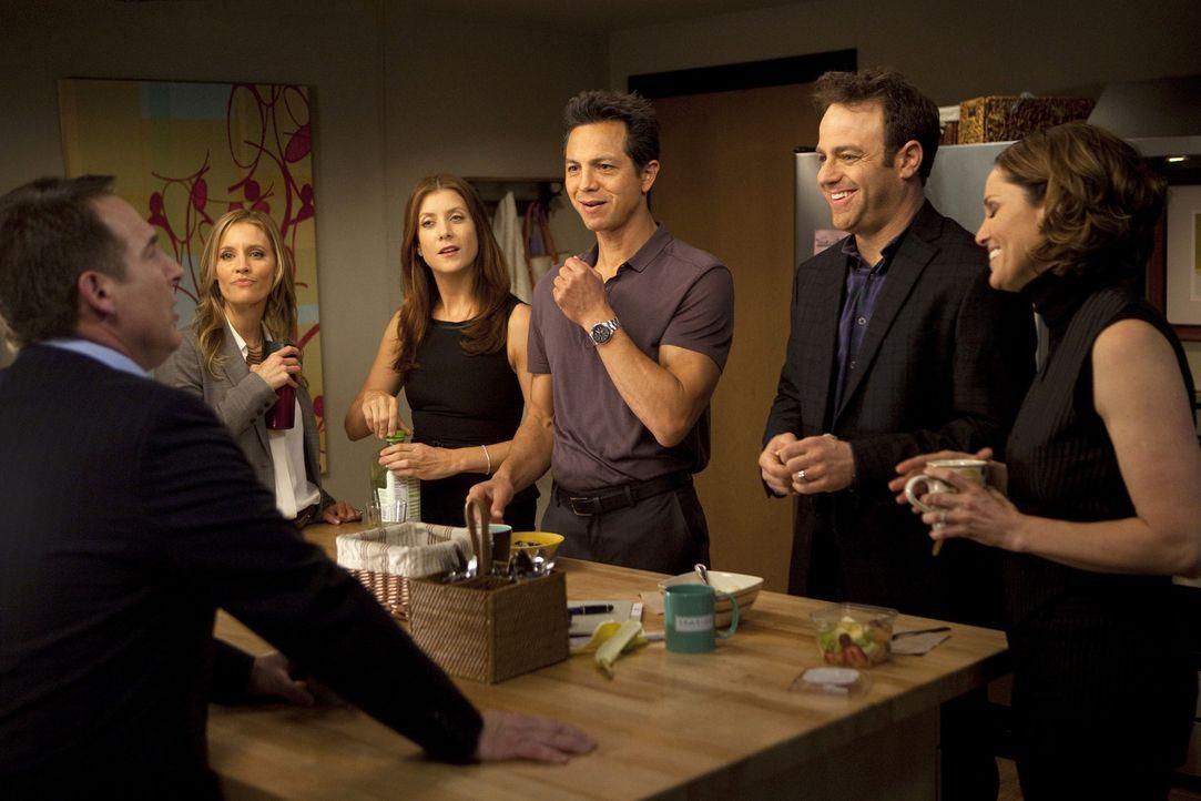 In der Praxis treffen Charlotte (KaDee Strickland, l.), Addison (Kate Walsh, 3.v.l.), Jake (Benjamin Bratt, 3.v.r.), Cooper (Paul Adelstein, 2.v.r.)... - Bildquelle: ABC Studios